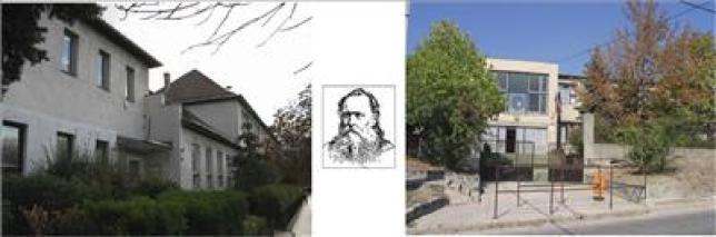 A két épület, közöttük névadónk arcképe