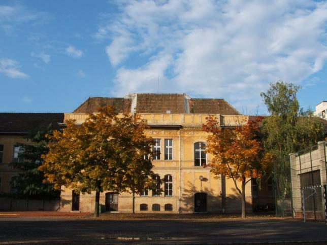 Gimnázium épülete az iskola udvarról nézve