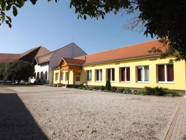 Felsős osztályok , a tornaterem és a könyvtár bejárata