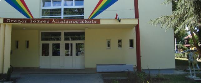 Iskola bejárata