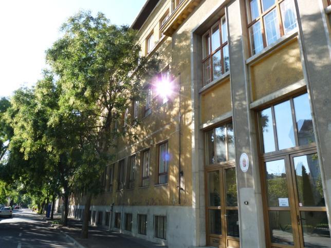 Az iskola épülete a Varga utca felől