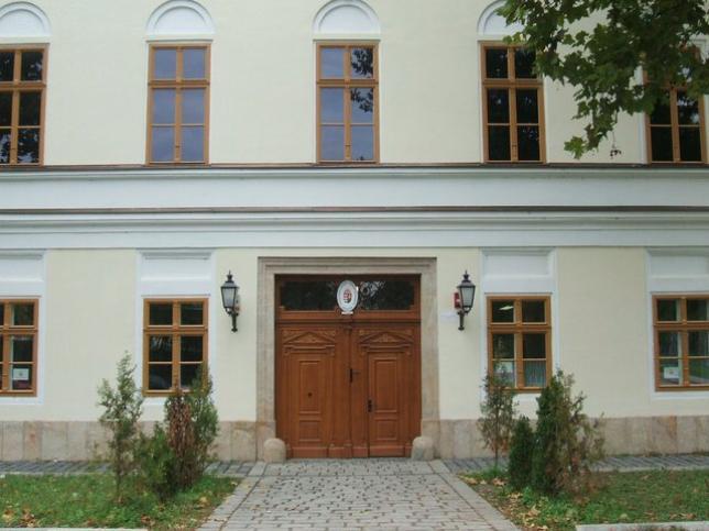 Az iskola épületének fotója